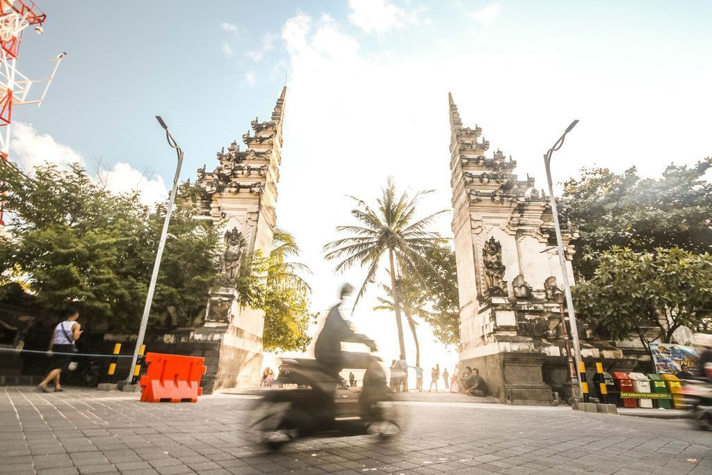 puerta moto bali indonesia trafico routive unsplash